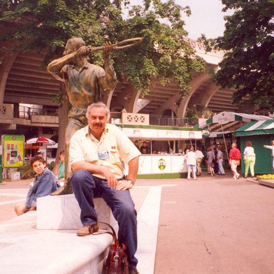 Roland Garros dört silahşörler meydanı 1993, Bu meydanda heykelleri bulunan dört ünlü Fransız tenisçinin isimleri merkez kortun tribünlerine verildi.