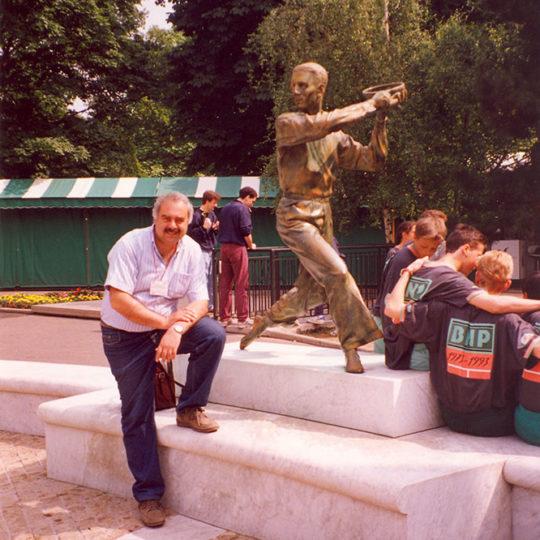 Roland Garros'ta tek erkekler kupası dört silahşörler adını taşıyor... Dört silahşörlerin heykellerinin bulunduğu meydan.