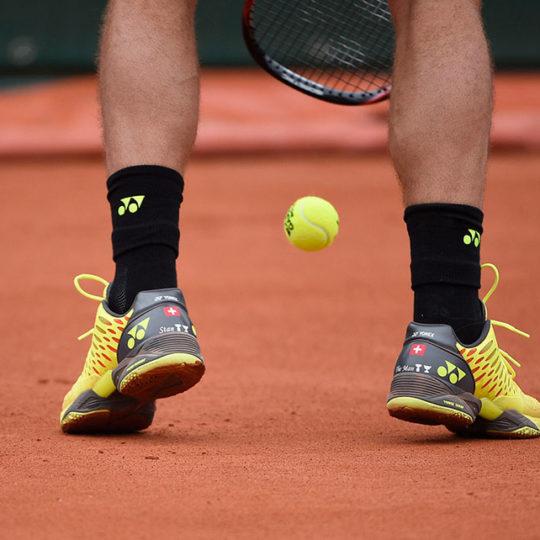 Toprak kort, topun, tenisçilere vuruş sırasında çok daha fazla düşünme fırsatı verdiği bir yüzey.