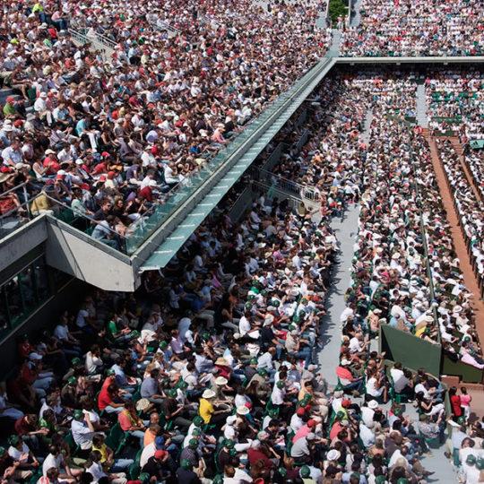 Roland Garros merkez kortta, 15.000 seyirci karşısında oynamak tenisçiler için çok kolay değil...
