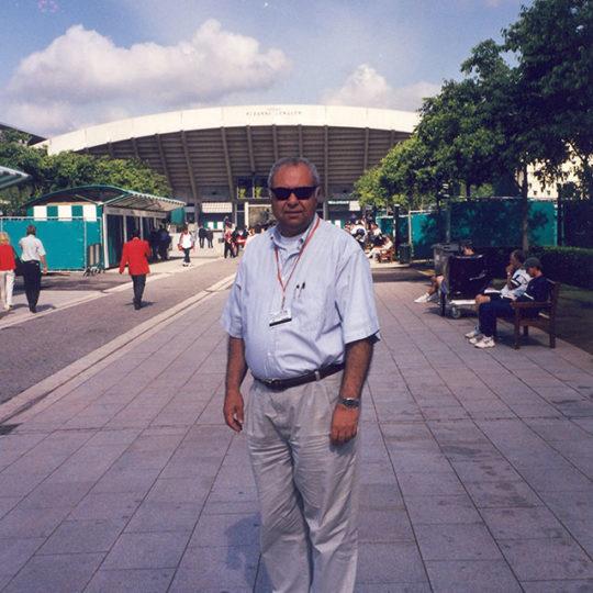 Roland Garros 2000, Arka planda 1994 yılında açılan Fransa'nın ünlü bayan tenisçisi Suzanne Lenglen adını taşıyan 10.000 seyirci kapasiteli kort görünüyor.