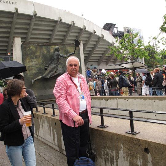 Roland Garros'ta ikinci büyük kort; Suzanne Lenglen. Arka planda, stadın önünde Suzanne Lenglen'e ait kabartma bir çalışma yer alıyor.