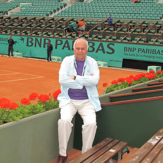 Roland Garros 2010, arka planda zemine yakın sağ alt köşedeki pencere foto muhabirleri tarafından kullanılıyor