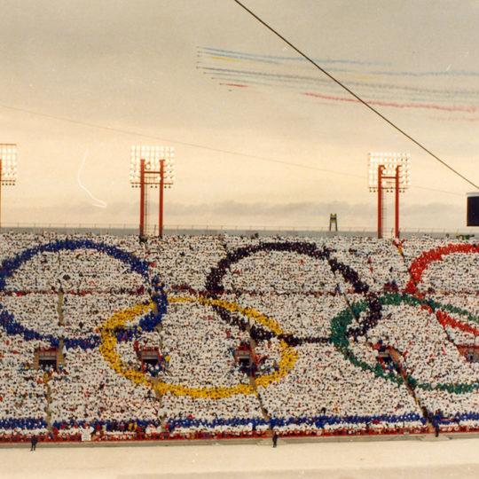 1988 Calgary Olimpiyat Oyunları (CAN) Oyunların açılış törenine renkli görüntülerle jetler de katılıyor