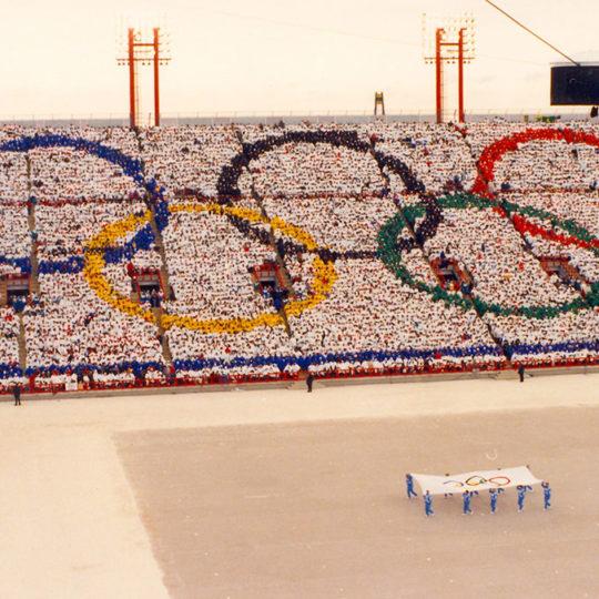1988 Calgary Olimpiyat Oyunları (CAN) Seyirciler tribünlere olimpiyat halkalarını işliyor
