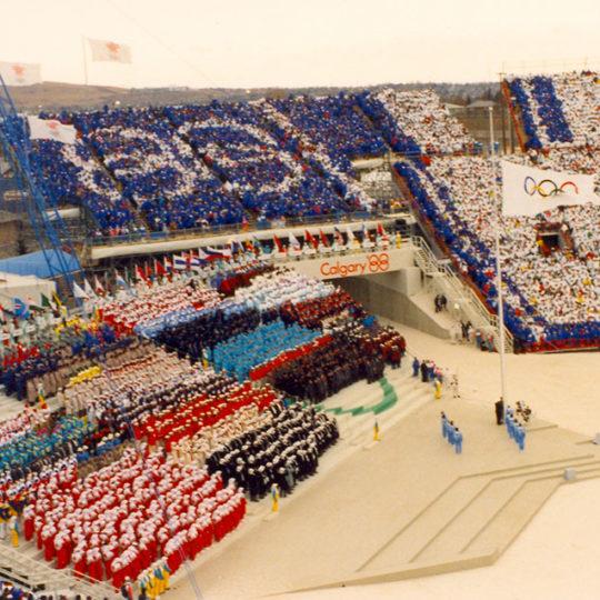 1988 Calgary Olimpiyat Oyunları (CAN) Oyunlarda açılış töreni, olimpiyat bayrağı gönderde.