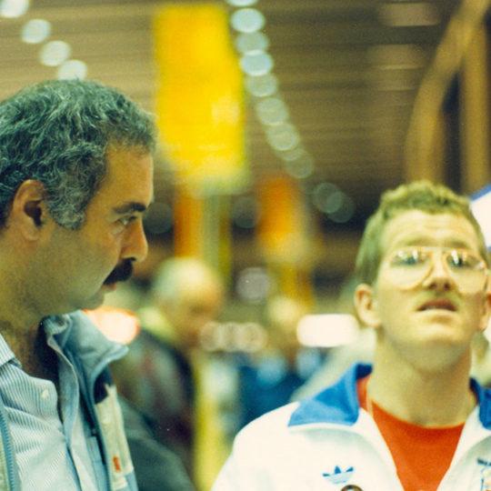 1988 Calgary Olimpiyat Oyunları (CAN) Eddie, Calgary'de ilgi odağıydı. Azmin zaferinin simgesi oldu. İngiliz kayakla atlamacı düşmeden atlamayı başardı.