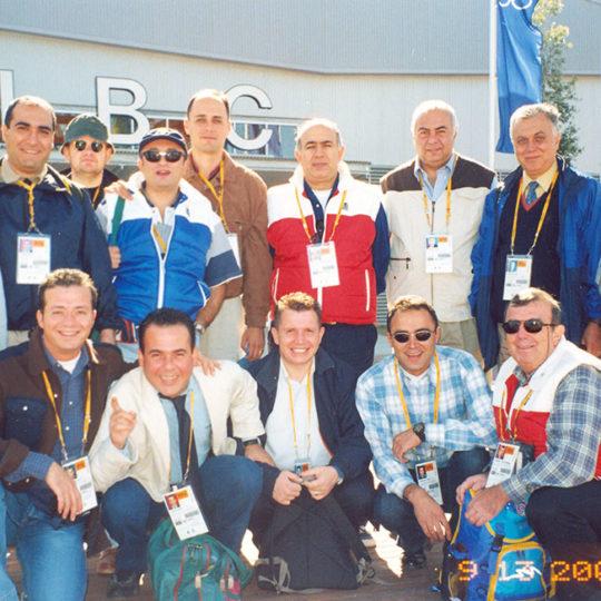 2000 Sydney Olimpiyat Oyunları (AUS) TRT ekibi uluslararası yayın merkezi (IBC) önünde