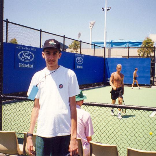 1999 Avustralya Açık – Arkadaki tenisçi toprak kortların kralı Thomas Muster