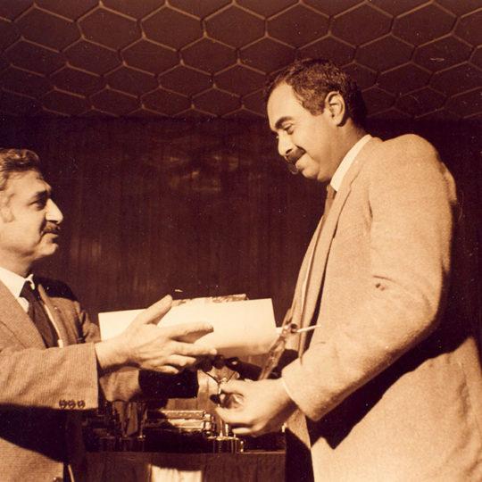 1984 Amatör Spor Kulüpleri Konfederasyonu Ödülü, Devlet Bakanı Vehbi Dinçerler veriyor