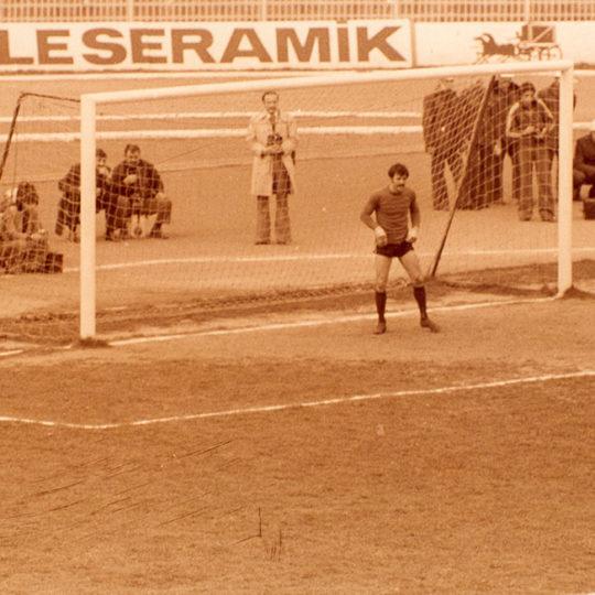 1975 İstanbul İnönü Stadı kale arkası nöbeti