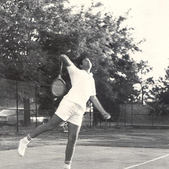 Yıl 1970 Sümerbank Pamuklu Sanayii Tenis kortunda servis…Kayseri