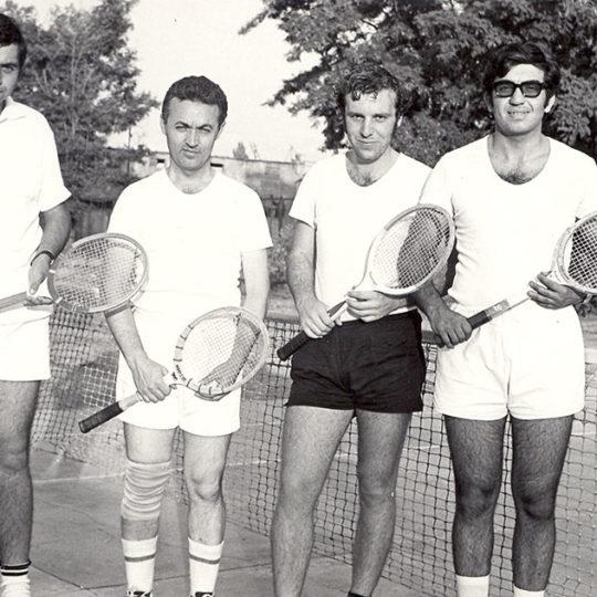 Kayseri Sümerbank Pamuklu Sanayii tenis kortunda bir çift maçı öncesinde, yıl 1969