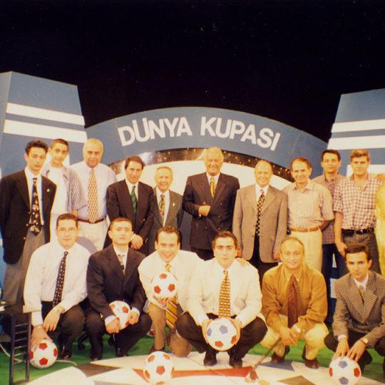 Fransa 98 final günü yayını. Ankara sefaretler merkez stüdyosunda; üst sırada, Nevzat Avcı, Ali Şen, Hilmi Ok, Bülent Yavuz ve TRT yayın ekibi